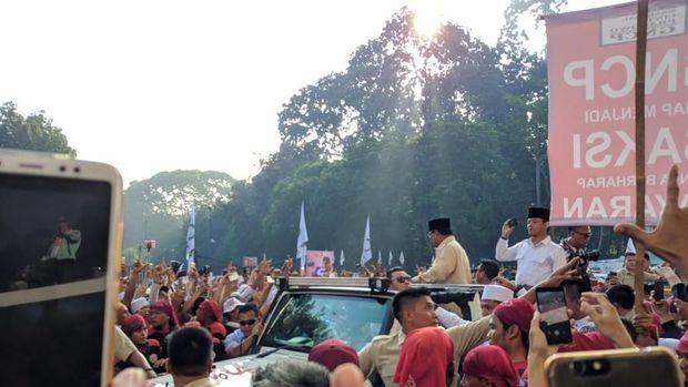 Prabowo menyapa pendukung yang berada di luar Stadion GBK.