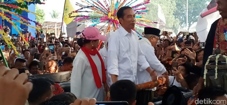 Naik Kereta Kuda, Jokowi-Maruf Tiba di Alun-alun Tangerang