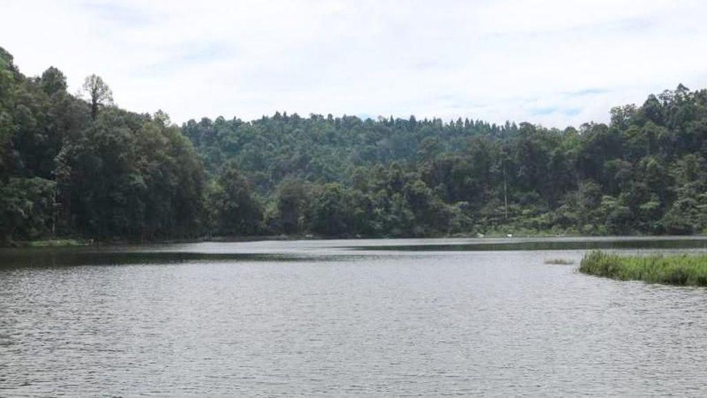 Situ Gunung, Danau & Jembatan Gantung yang Eksis di Medsos