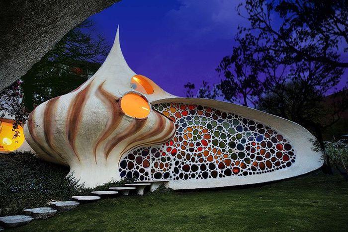 The Seashell House. Bagaikan tinggal dalam rumah siput, arsitektur Javier Senosiain terinspirasi oleh karya Gaudi dan Frank Lloyd Wright dalam merancang rumah ini. Rumah yang berlokasi di Kota Meksiko ini dibuat untuk sebuah keluarga dengan dua anak. Istimewa/Homedit.
