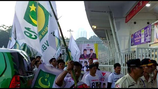 Sejumlah orang membawa bendera PBB ke Kampanye Akbar Prabowo-Sandiaga di GBK.