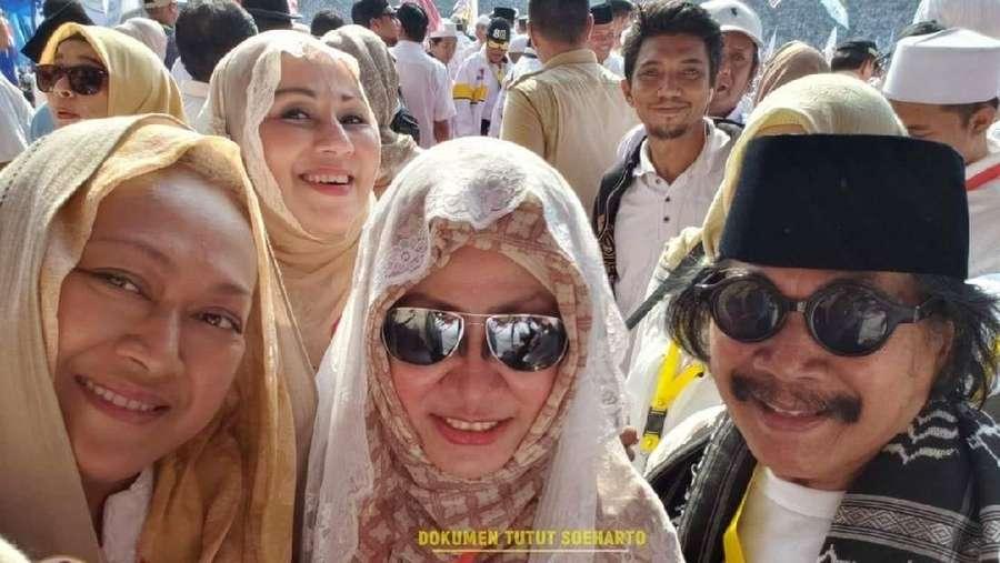 Gaya Camelia Malik dan Jaja Miharja di Kampanye Akbar Prabowo-Sandiaga