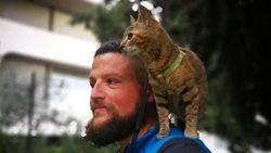 Viral, Kisah Pesepada yang Keliling Dunia dengan Kucing