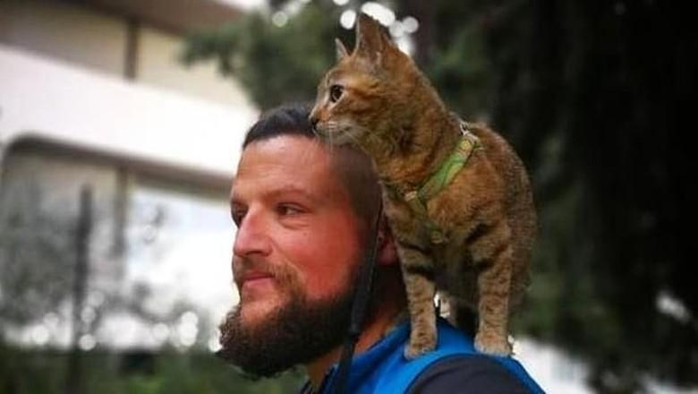 Dean Nicholson bersama kucingnya Nala  (1bike1world/Instagram)