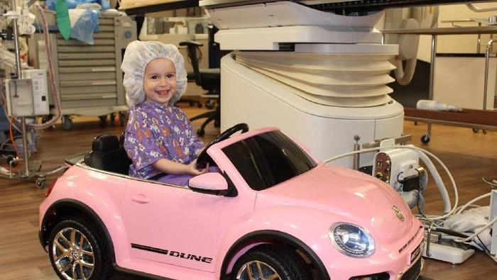 Pasien anak tampak senang dengan mobil mainannya. (Foto: Doctors Medical Center/Facebook)