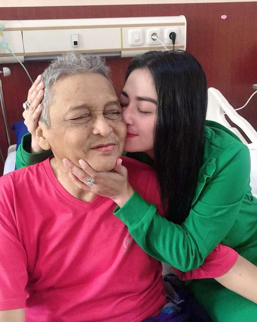 Momen Dewi Perssik Temani Ayahanda di RS Sebelum Tutup Usia