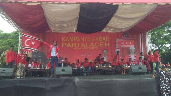 Kampanye Partai Aceh di Lapangan Hiraq, Kota Lhokseumawe diwarnai berkibarnya Bendera Bulan Bintang (Datuk Haris-detikcom).