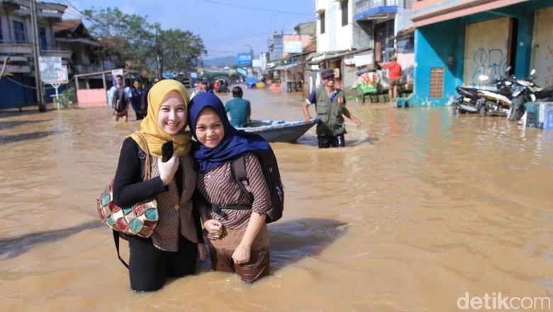 Jalan Kaki Terobos Banjir, Neng Geulis Ini Curi Perhatian Warga