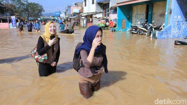 Jalan Kaki Terobos Banjir, <i>Neng Geulis</i> Ini Curi Perhatian Warga