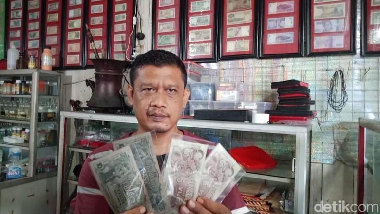 Sarijo, pemilik toko barang antik di Pangandaran (Andi Nurroni/detikcom)
