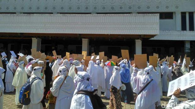 Massa berdemo di kantor Dewan Perwakilan Rakyat Aceh (DPRA), Senin (8/4/2019).