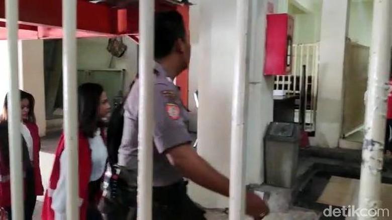 Senyum Vanessa Angel Saat Masuki Pengadilan Negeri Surabaya
