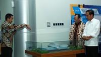 Jokowi melihat maket terminal baru Bandar Udara Tjilik Riwut, Palangkaraya, Kalimantan Tengah. Pool/AP II.