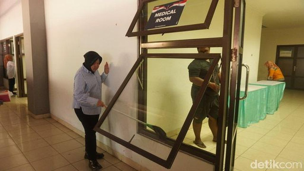 Jelang Final Piala Presiden, Risma Bersih-Bersih Stadion Gelora Bung Tomo