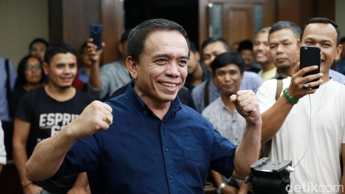 Gubernur Aceh nonaktif Irwandi Yusuf divonis 7 tahun penjara dan denda Rp 300 juta subsider 3 bulan kurungan. Irwandi dinyatakan hakim bersalah menerima suap dan gratifikasi.