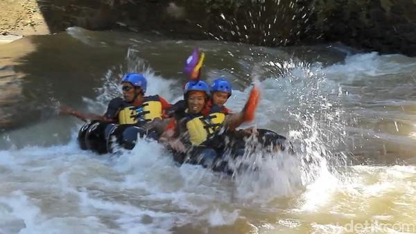 Adanya jeram dan bebatuan di sungai ini semakin menambah tingkat kesulitan. Mereka juga harus kerjasama dengan teman satu tim, sekaligus menguji kekompakan satu sama lain. (Uje Hartono/detikcom)