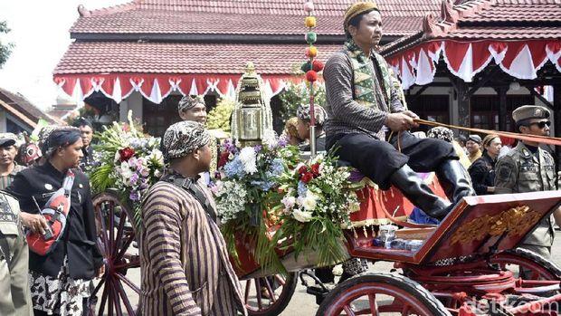 Kirab hari jadi ke-53 Kabupaten Batang Jawa Tengah.