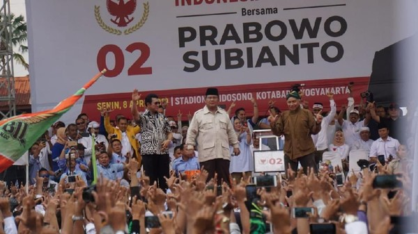 Prabowo Gebrak Meja saat Kampanye, Netizen Ingat Arya Wiguna