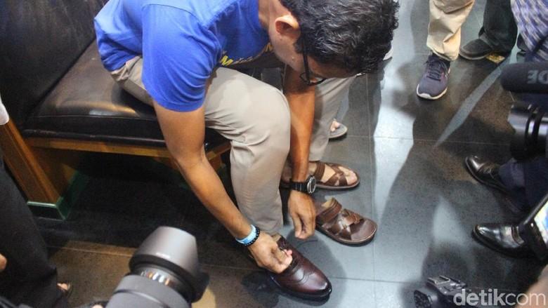 Sandiaga membeli produk sepatu kulit Tanggulangin (Suparno/detikcom)