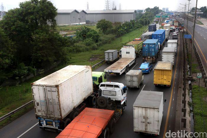 Begini penampakan kemacetan imbas pembangunan jalur tol atas (elevated) Tol Jakarta-Cikampek.