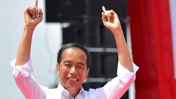 Jokowi Pose Dua Telunjuk, Ernest Prakasa Ingatkan Simbol Angka 2