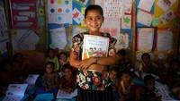 Sekolah darurat itu diikuti oleh anak-anak dari berbagai usia yang tinggal di komplek pengungsian Coxs Bazar, Bangladesh.