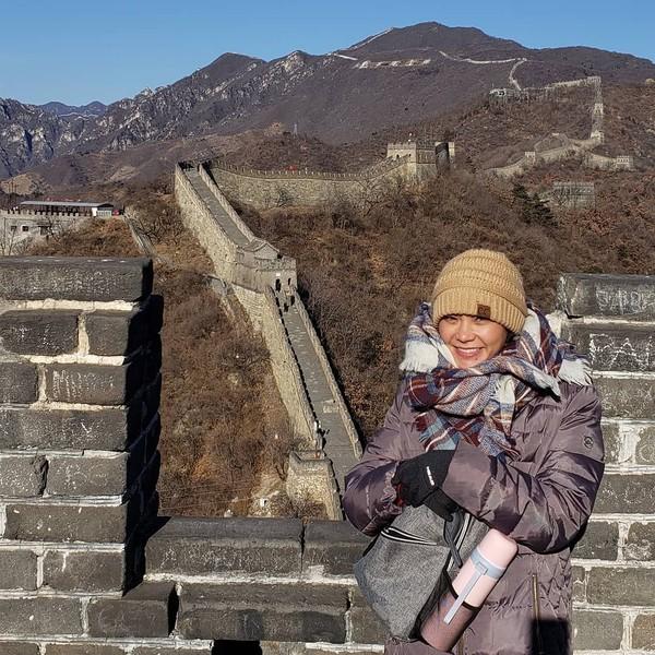 Michelle Waterson yang sepertinya menahan dingin di The Great Wall, China (Instagram/karatehottiemma)