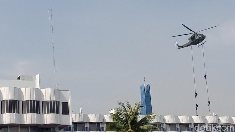 Disaksikan Panglima, TNI Simulasi Pembebasan Sandera Teroris di Jakut