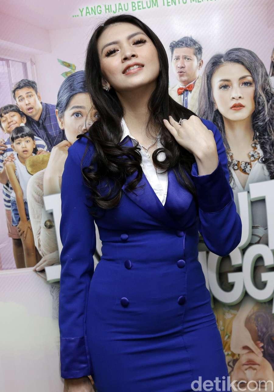 Gaya Donita dengan Dress Biru