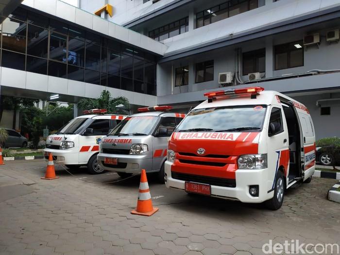 Sopir mobil ambulans di sebuah rumah sakit Jakarta.