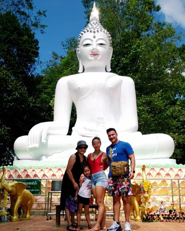Masih di Thailand, Michelle Waterson mengunjungi Khok Kloi dan berfoto dengan patung Buddha putih (Instagram/karatehottiemma)