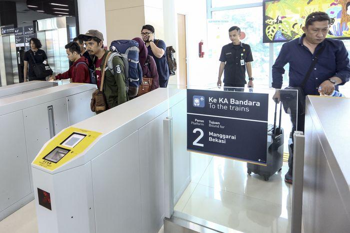 Hal ini diungkapkan oleh Humas PT Railink Dyah Suryandari. Ia menerangkan, peningkatan terjadi lantaran adanya integrasi antarmoda di wilayah Dukuh Atas, seperti MRT, Commuter Line, Kereta Api Bandara, dan Transjakarta. Foto: AntaraFOTO/Nova Wahyudi