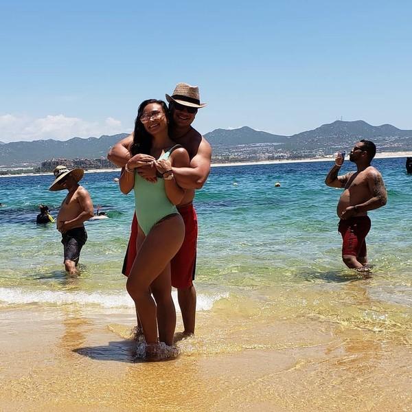 Michelle Waterson tampaknya suka liburan ke pantai. Tapi pada postingan foto di Instagram-nya ini, malah dapat photo bomb (Instagram/karatehottiemma)