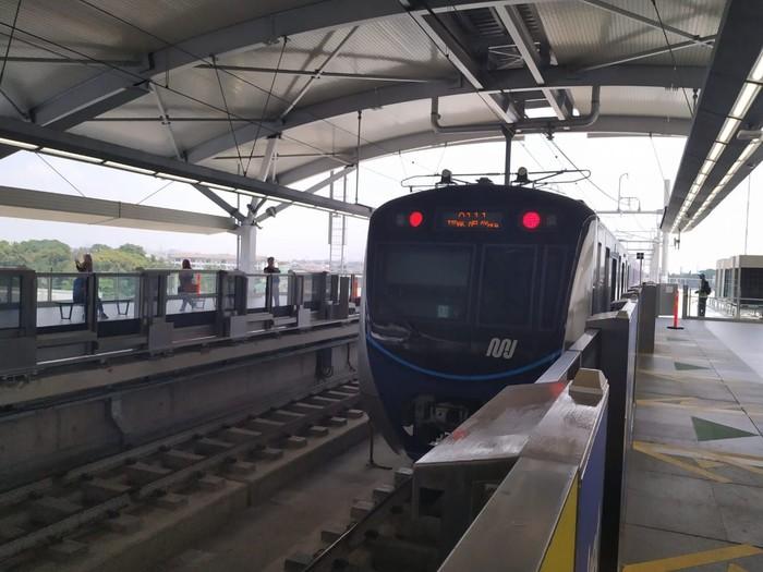 Menguji seberapa ngebut sinyal Smartfren di MRT Jakarta. (Foto: detikINET/Agus Tri Haryanto)