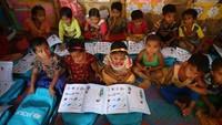 Anak-anak pengungsi Rohingya berkumpul untuk belajar bahasa Burma di Pengungsian Coxs Bazar, Bangladesh, Selasa (9/4/2019).