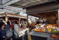 Suasana pasar sedang ramai pengunjung (Wahyu Setyo/detikcom)