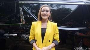 Senyum Semringah Siti Badriah Dilamar Pacar
