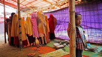 Setiap pagi anak-anak pengungsi Rohingya akan berkumpul di tenda pengungsian untuk belajar. Salah satunya belajar bahasa Arab di tenda pengungsian Balukhali yang berada di kompleks pengungsian Coxs Bazar, Bangladesh.