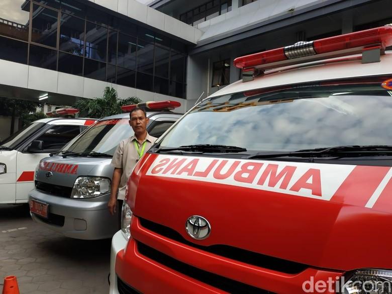 Sopir mobil Ambulans di salah satu rumah sakit di Jakarta.