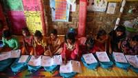 Anak-anak tersebut satu per satu mendapatkan buku untuk berlatih bahasa Burma.
