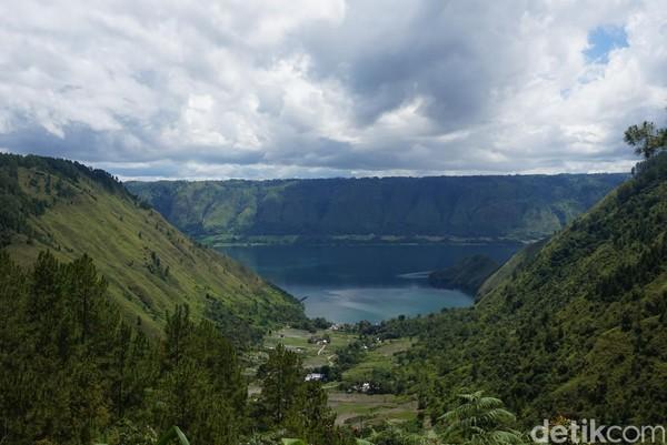 Lihat saja panorama Danau Toba ini, luar biasa indah bukan? (Shinta/detikcom)