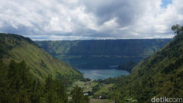Pemandangan dari The Kaldera Glamping Danau Toba.