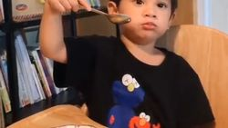 Pintarnya! Anak Andien, Kawa Bisa Kupas Telur Rebus Sendiri