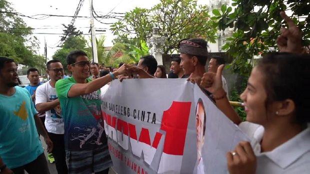 Diajak Ngopi dan Foto Bareng Pendukung Jokowi di Bali, Sandi Pose 1 Jari