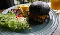 Royale Bakery and Cafe: Ngemil Cake dan Makan 'Ninja Burger' di Kafe Instagrammable