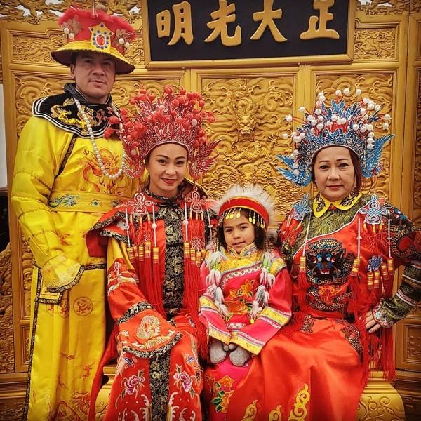 Masih di China, pegulat UFC asal AS itu mengunjungi Forbidden City dan berpose dengan pakaian tradisional China bersama keluarganya (Instagram/karatehottiemma)