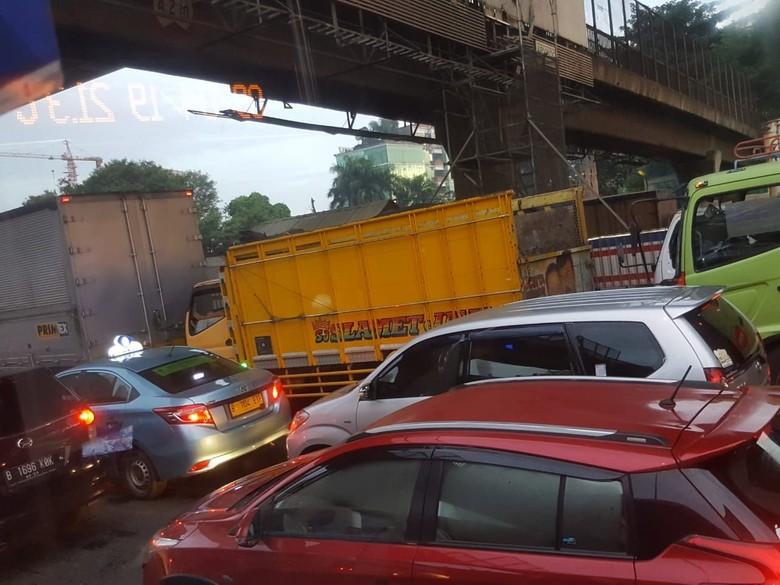 Truk Patah Sasis di Dekat GT Cikunir 2, Tol Arah Jakarta Macet 9 Km