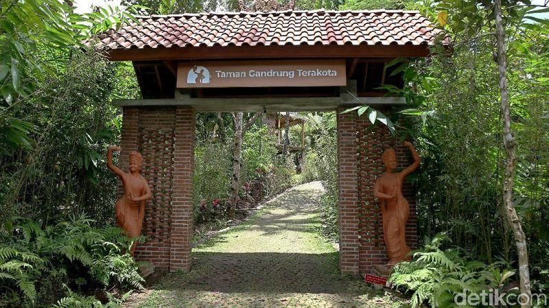 Pintu masuk menuju ke Taman Gandrung Terakota Banyuwangi. Di dalam taman ini, tersimpan ratusan patung penari gandrung yang terbuat dari tanah liat. (Rachman Haryanto/detikcom)