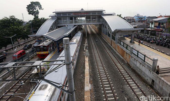 Kereta Api melintasi jalurnya di Kawasan Cipinang, Jakarta Timur, Selasa (9/4/2019).