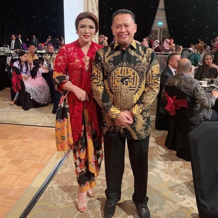 Inilah sosok Dewi yang setia mendampingi Bambang Soesatyo (Bamsoet). Ia merupakan istri kedua Bamsoet setelah Ketua DPR ini bercerai dengan istri pertamanya. Foto: Instagram dewi_bamsoet